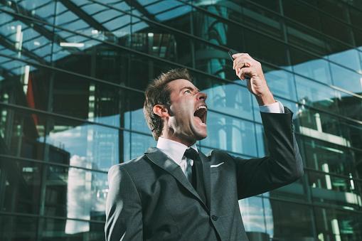 Un jefe con temperamento explosivo inhibe a los empleados, quienes pueden dejar de reportar sus resultados por miedo a represalias (GettyImages)