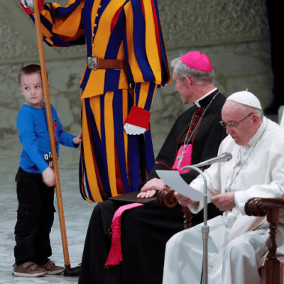 Un niño 'indisciplinado' se roba las miradas durante audiencia del papa