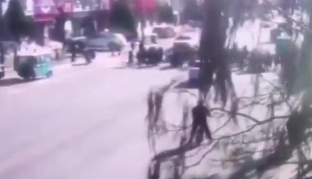VIDEO: Auto atropella a grupo de niños afuera de la escuela