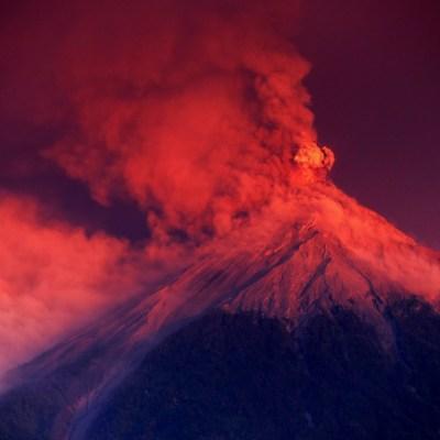 Guatemala en alerta: Volcán de Fuego registra dos explosiones fuertes