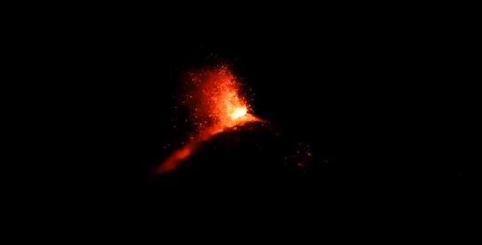 volcan de fuego entra en erupcion guatemala