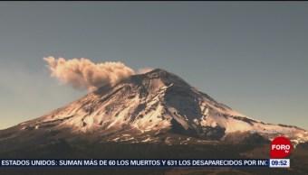 Volcán Popocatépetl cubierto de nieve arroja exhalación