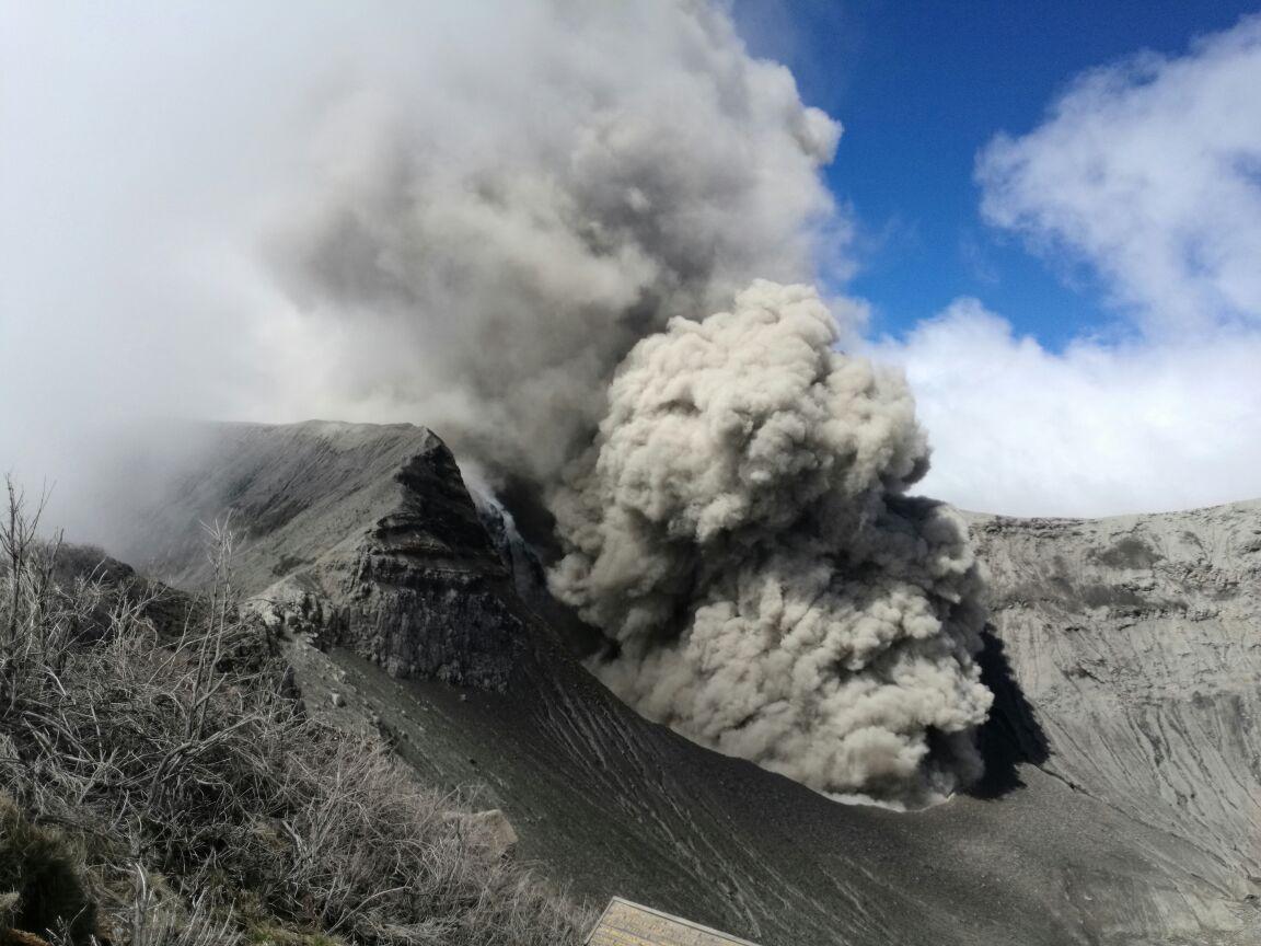 Volcán Turrialba registró erupción de cenizas y roca en febrero de 2018 (CRHoy)