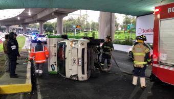 Vuelca camioneta y afecta tránsito en Periférico
