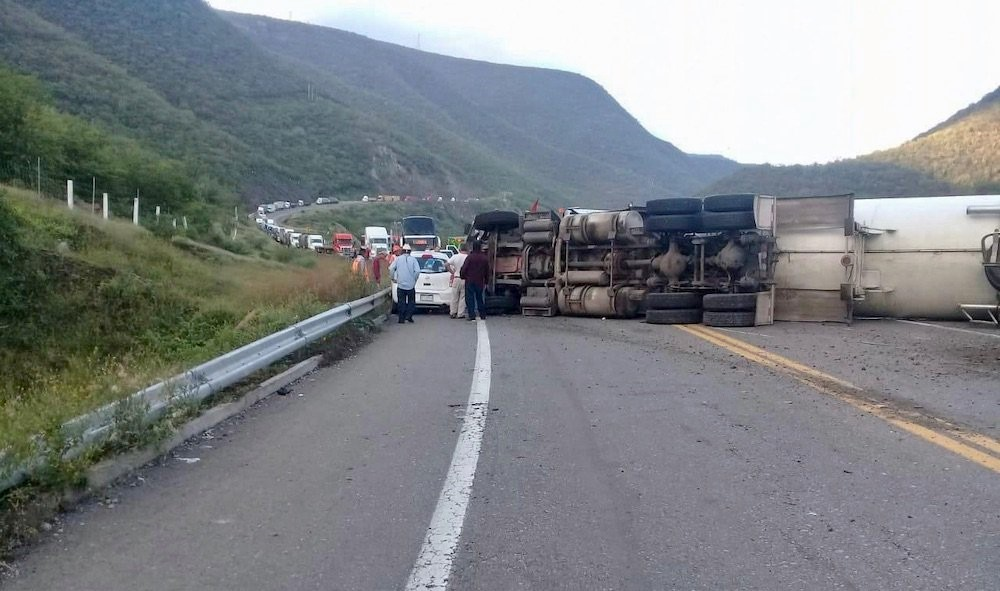 Vuelca pipa con amoniaco en la Autopista Siglo XXI, Michoacán