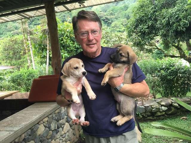 Wynn Mackey, un jubilado de EU que vive en Costa Rica, aceptó llevar a Marie a su casa para cuidar de ella y procurar sus cachorros (Tania Cappelluti Facebook)