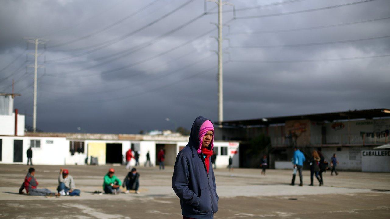 migrantes varados en tijuana piden limosna en calle