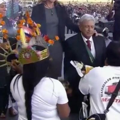 VIDEO: AMLO se arrodilla durante ceremonia en el Zócalo de la CDMX