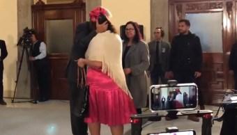 Mujer se las ingenia para acercarse a AMLO en Palacio Nacional