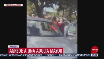 Automovilista agrede a anciana en Guadalajara