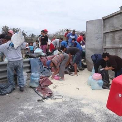 Vuelca tráiler cargado con azúcar en Veracruz, habitantes realizan rapiña