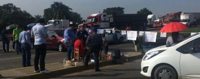 maestros del snte bloquean carreteras de tabasco para exigir pagos atrasados