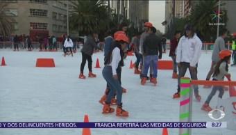 Capitalinos disfrutan de la pista de hielo en Monumento a la Revolución