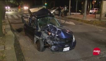 Choque en Reforma deja vehículos sobre camellón