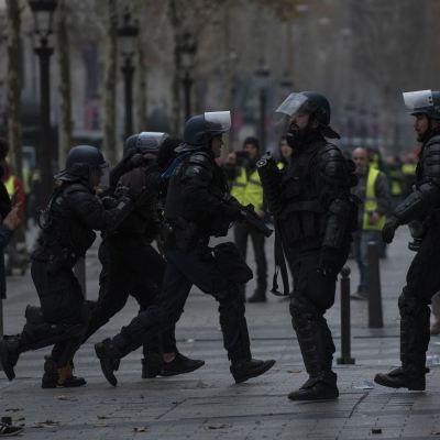 Detenidas unas 2,000 personas en protestas de 'chalecos amarillos' en Francia