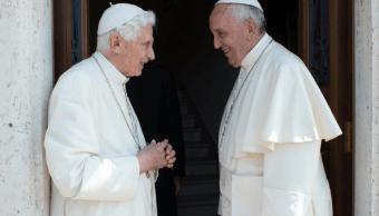 El papa visita a Benedicto XVI; le felicita por Navidad