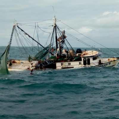 Marina rescata a tripulantes de embarcación accidentada en Isla Mujeres