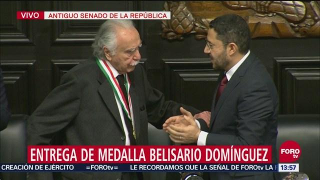 Entregan medalla Belisario Domínguez al periodista Carlos Payán Velver