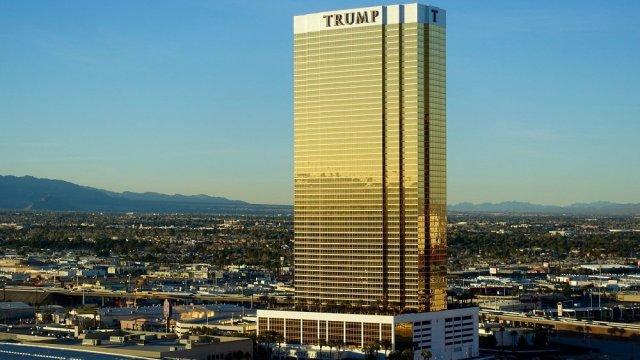 Hombre que limpiaba ventanas muere al caer de hotel Trump
