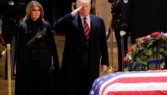 Melania y Donald Trump rinden homenaje a George H. W. Bush