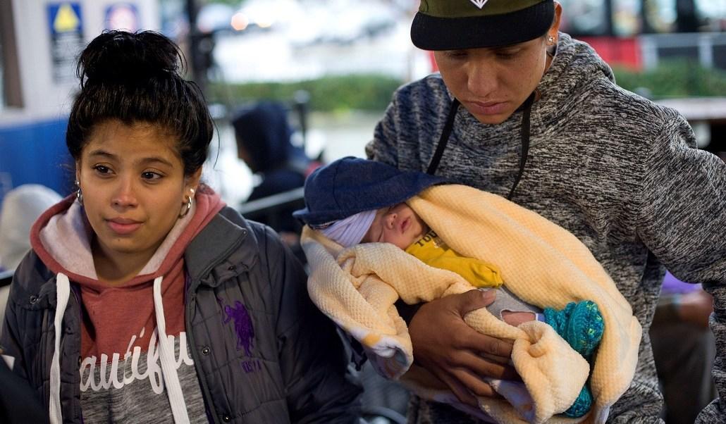 Migrantes de la caravana celebra nacimiento de hijo en EEUU