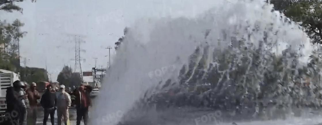 Fuga de agua parece fuente en Avenida del Imán, CDMX