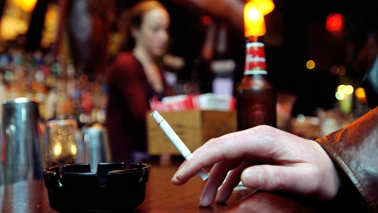 Reducir consumo de alcohol te puede ayudar a dejar de fumar