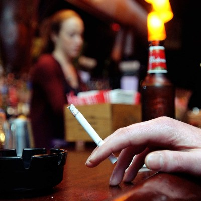 ¿Quieres dejar de fumar? Reducir consumo de alcohol te puede ayudar