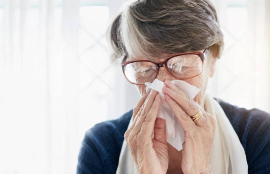 Mujer muere tras meterse agua del grifo en la nariz para su sinusitis