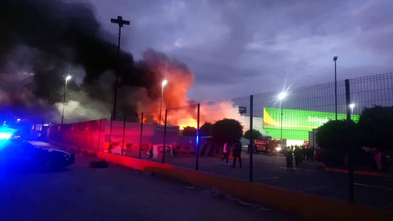 Se registra incendio área juguetería de tienda Naucalpan