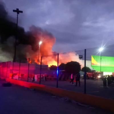 Controlan incendio en área de juguetería de tienda en Naucalpan