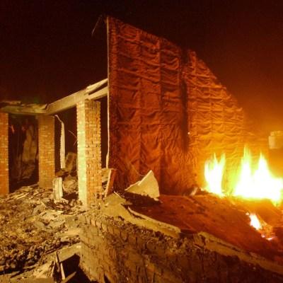 Para no ser detenidos ladrones queman casa y mueren calcinados
