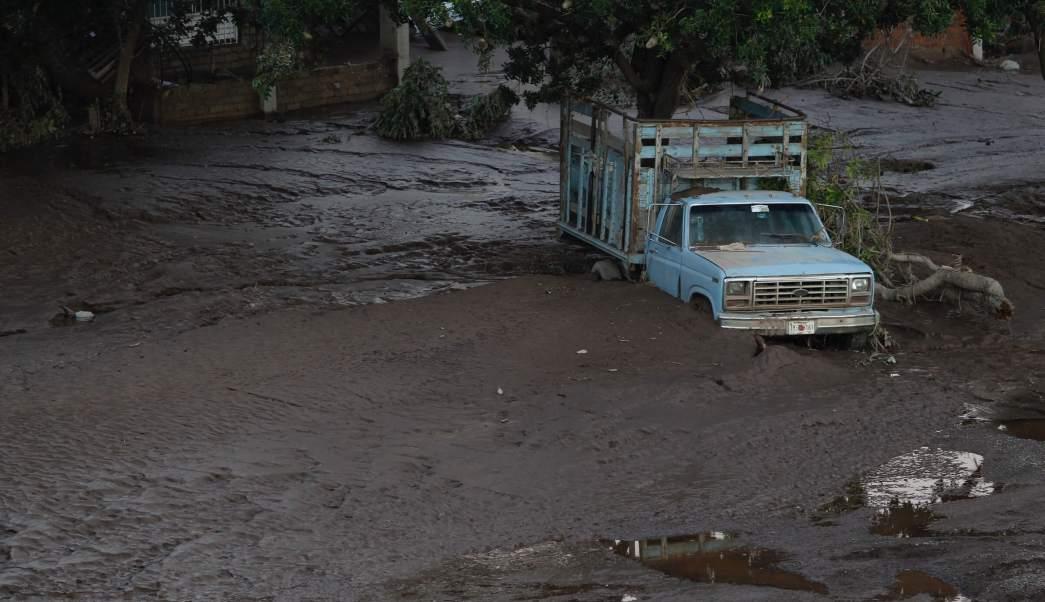 """AMLO visita a damnificados del huracán """"Willa"""" en Nayarit"""