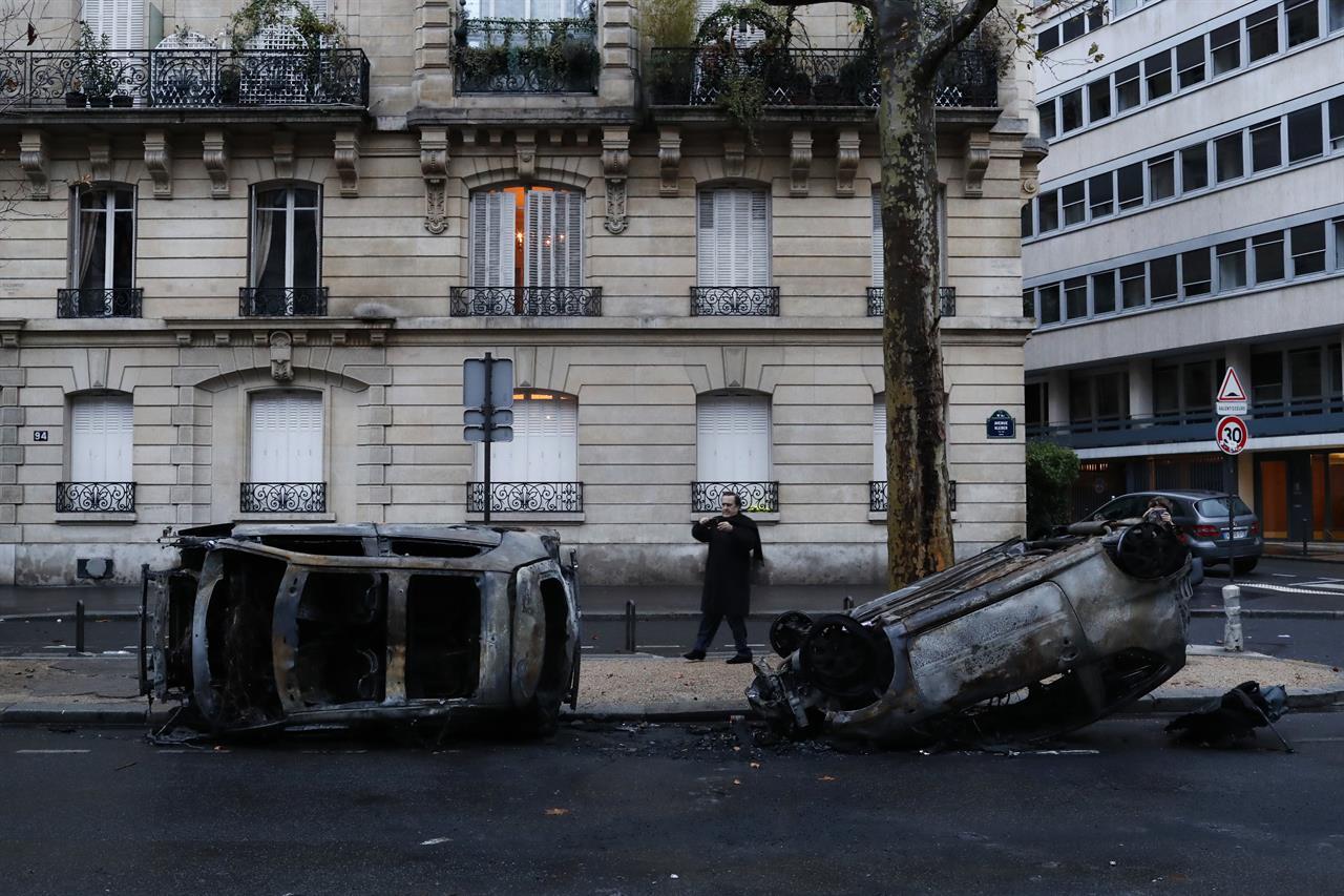 La mayoría de los daños causados por los disturbios ocurrieron en los barrios más acomodados de París (AP Images)