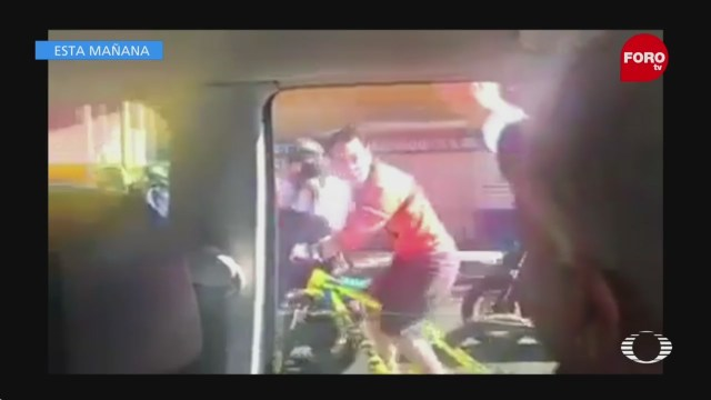 Captan momento en que ciclista se acerca a AMLO
