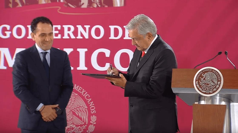 López Obrador firma su afore del PENSIONISSSTE. (YouTube)