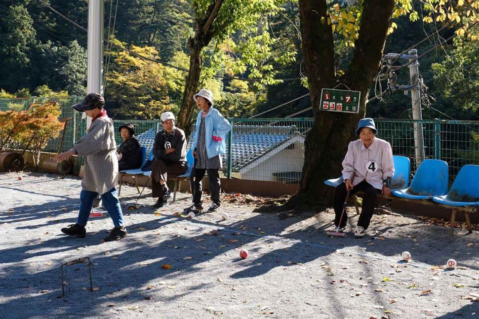 Los habitantes de Okutama se reúnen continuamente para jugar cricket en una de sus plazas (CNN)