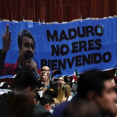 Diputados del PAN despliegan pancarta contra Maduro