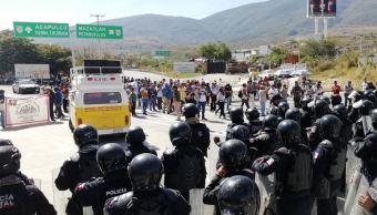 Medios locales reportan que manifestantes bloquean la Autopista del Sol, en Chilpancingo