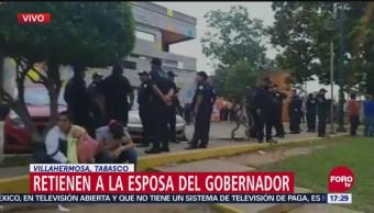 Manifestantes retienen a esposa del gobernador de Tabasco