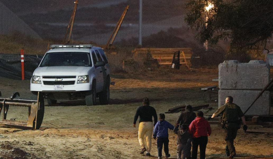 Más de 400 inmigrantes cruzan la frontera de EU por Texas
