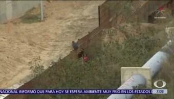 Migrantes brincan muro entre Tijuana y San Diego