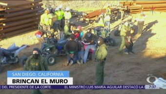 Migrantes brincan muro fronterizo y son detenidos en Estados Unidos