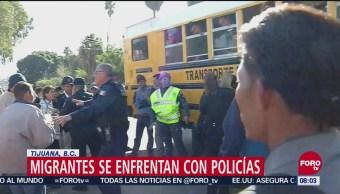 Migrantes se enfrentan con la policía de Tijuana