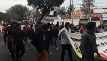 Padres de Ayotzanipa caminan hacia la Basílica de Guadalupe