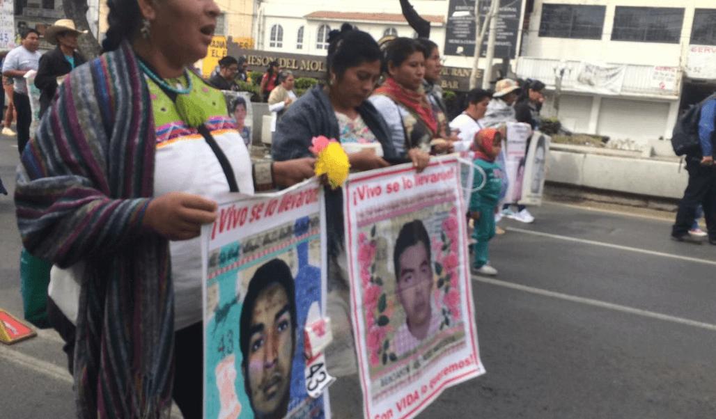 Padres de Ayotzinapa se dirigen a la Basílica de Guadalupe