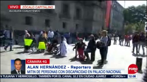 Personas con discapacidad realizan mitin frente a Palacio Nacional