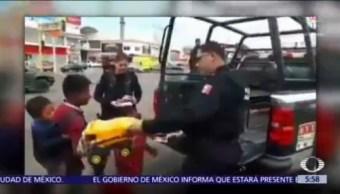 Policías regalan juguetes a niños en Culiacán, Sinaloa