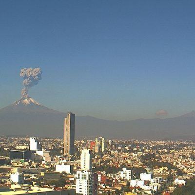 Volcán Popocatépetl emite fumarola de 2.5 kilómetros de altura