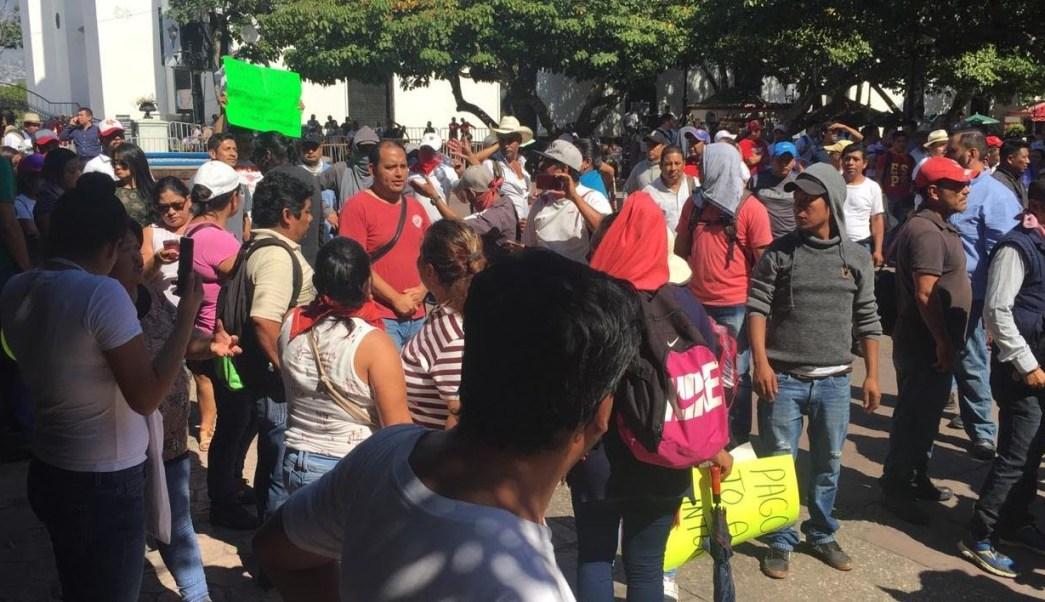 Se enfrentan granaderos y manifestantes en Chiapas